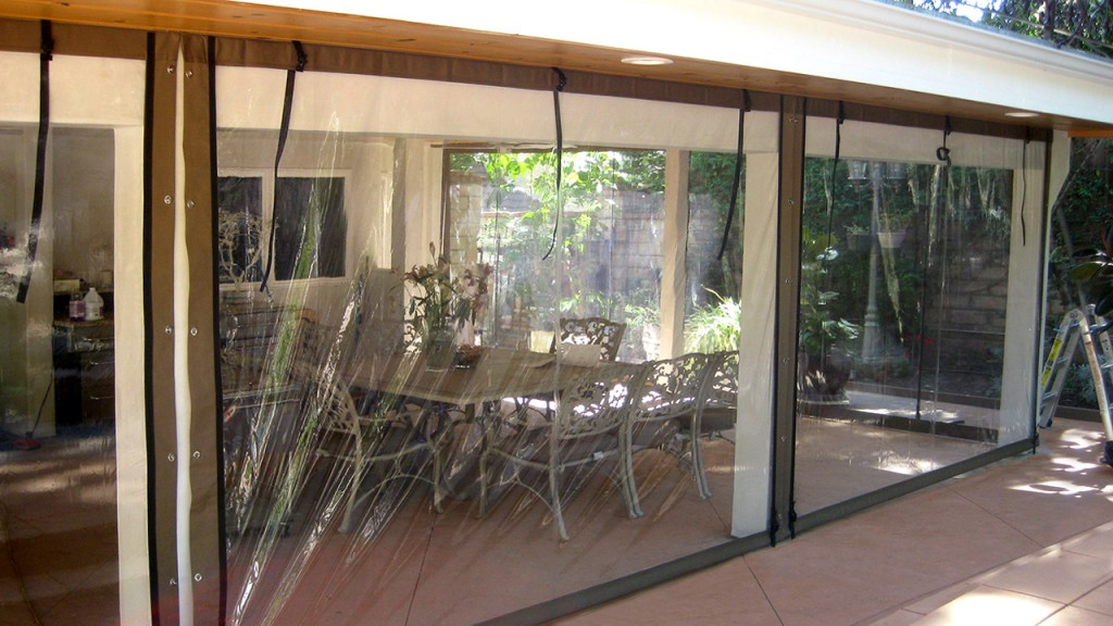 Transparent roll-up curtain